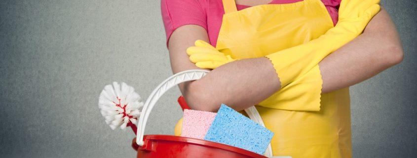 homme prêt à faire le ménage