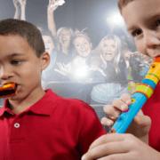 enfants jouant de la musique devant une foule surexcitée