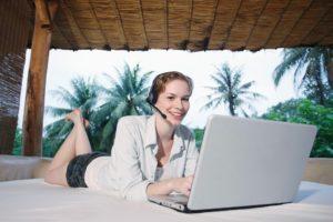 femme utilisant un ordinateur