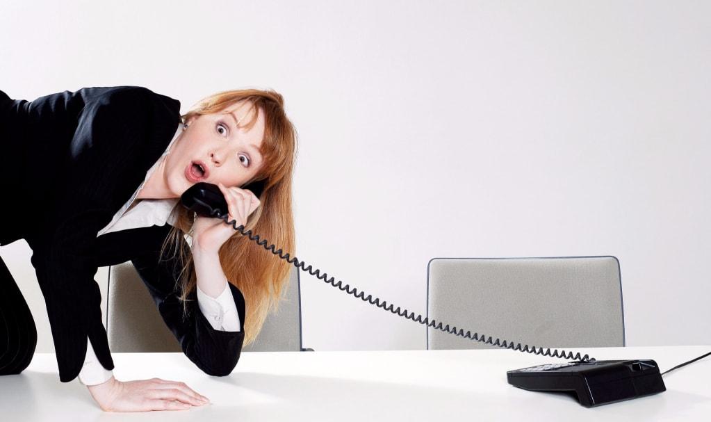 femme surprise au téléphone