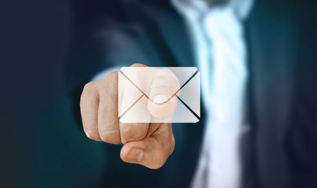 doigt pointant vers une enveloppe