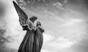 deux statues, dont un ange