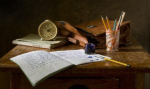 bureau avec cahier et plumier