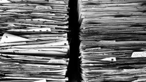 énormes piles de papiers