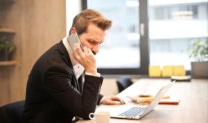 homme au téléphone avec un visage contrarié