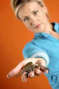 femme tendant un trousseau de clés