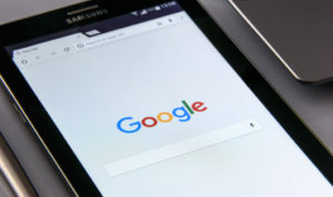 tablette affichant la page d'accueil de Google
