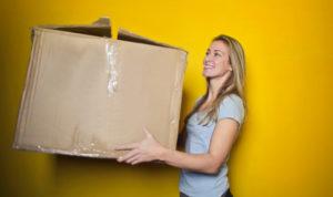 femme portant un gros carton