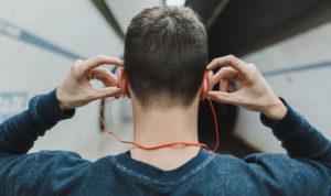 homme avec un casque audio sur les oreilles