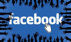 mains autour du logo Facebook
