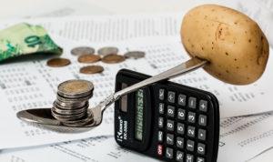 argent en équilibre avec une pomme de terre